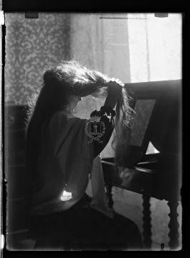 ScopriRete - ScopriRete - Donna che si pettina allo specchio